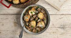 Μοσχαράκι με dumplings από τον Άκη Πετρετζίκη. Φτιάξτε μια μοναδική συνταγή για μοσχαράκι κοκκινιστό με αφράτα ψωμάκια για ένα ολοκληρωμένο γεύμα!