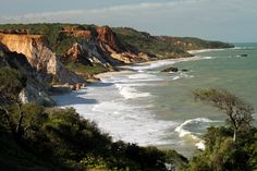 Esta praia do litoral sul do estado, a 25 km de João Pessoa, é considerada a primeira área exclusiva do Nordeste para praticantes do naturismo. Situada no município de Conde, Tambaba possui apenas 500 metros de extensão