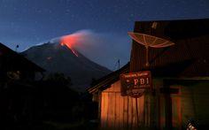 El volcan Sinabunf expulsa lava en una vista de la población de Beras Tepu, Sumatra, Indonesia (Reuters, 2015)