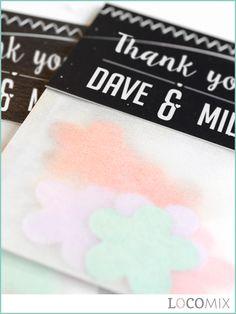 Een leuk presentje om aan jullie gasten te geven zijn deze Flowerbags van Bedankjes.nu. In de papieren zakjes zitten kleurrijke confettibloemen. In deze bloemen zitten bloemzaadjes. De confettibloemen hoeven alleen in een bloempotje met wat grond of in de tuin gestopt de worden jullie gasten zullen genieten van de mooiste bloemen. Het kaartje aan de bovenzijde is compleet te personaliseren. Met dit bedankje laat je jullie liefden groeien! Bestel ze al vanaf 20 stuks op Bedankjes.nu.