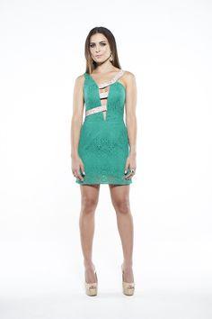 Vestido verde de renda com detalhes em strass.