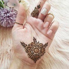 Simple Mehndi Designs Fingers, Pretty Henna Designs, Modern Henna Designs, Indian Henna Designs, Latest Henna Designs, Henna Designs Feet, Mehndi Designs For Beginners, Wedding Mehndi Designs, Palm Mehndi Design