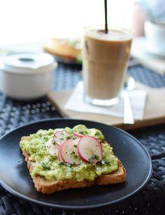 Avocado Toast, Brunch, Restaurant Guide, Healthy Snacks, Yummy Food, Meals, Breakfast, Foods, Drinks
