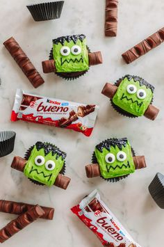 """Place a Kinder Bueno bar on top of a chocolate cupcake. Frost the cupcake with green frosting, covering the center two pieces of the bar. The end pieces of the bar become Frankenstein's """"bolts."""" Use black decorating icing to pipe a mouth and hair. Use white and black decorating icing or candies to create eyes! Buy today! Credit: @StudioDIY Halloween Arts And Crafts, Halloween Goodies, 31 Days Of Halloween, Halloween Treats, Halloween Diy, Holiday Crafts, Halloween Acrylic Nails, Kid Desserts, Fall Treats"""