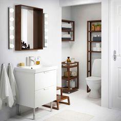 Baño con carrito y estanterías MOLGER marrón oscuro, y un armario de lavabo GODMORGON blanco