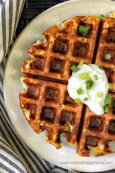 This is the perfect recipe when you don't know what to do with leftover mashed potatoes. These waffles are easy and more healthy than potato pancakes. Perfect for dinner or breakfast! Your family will LOVE these crispy, cheesy waffles! Mashed Potato Pancakes, Sweet Potato Waffles, Mashed Potato Recipes, Potato Cakes, Pancakes For Dinner, Pancakes And Waffles, Breakfast For Dinner, Best Breakfast, Waffle Recipes