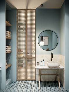 Salle de bain bleu avec porte en bois ajourée
