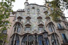 Esas son todas las ventanas de la casa de Gaudí. Hay un variedad grande entre los estilos, formas, y colores de las ventanas. Las ventanas fueron super diferente cuando crearon.