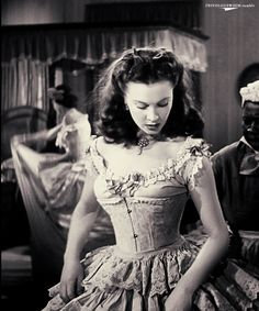 Gone With the Wind- Vivien Leigh wearing Joseff of Hollywood necklace. Vivien Leigh, Classic Hollywood, Old Hollywood, Tomorrow Is Another Day, Cinema, Darjeeling, Glamour, Gone With The Wind, Movie Costumes