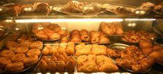 """Cannoli, paste di mandorla e cassate... Si vabbé ma voi avete mai provato la specialissima """"tavola calda""""... e gli arancini (no quelli di plastica del traghetto però).... #daCataniaconfuore #arancinouberalles #bombafrittasuperstar"""