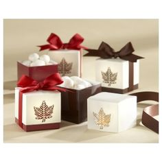 When only casual elegance will do, you'll find exactly what you're looking for in this smartly crafted, two-toned favor box with striking accents—in either apple red or chocolate brown—that convey the essence of autumn.