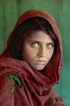 Com certeza você já viu esta imagem. Feita pelo fotógrafo Steve McCurry, da National Geographic, Gula era uma das estudantes de uma escola informal em um campo de refugiados; como o costume local é esconder o rosto, imagens assim de moças afegãs são absolutamente difícil de serem feitas, ainda mais por um fotógrafo vindo de fora. Na época, Sharbat Gula tinha 12 anos de idade; tornou-se capa da revista National Geographic no ano seguinte, e sua identidade foi descoberta depois, em 1992.
