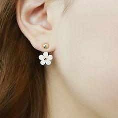 Cute Ear Piercing Ideas for Teens - Floral Flower Daisy Ear Jacket Earring - lindas ideas para perforar múltiples orejas … Ear Jewelry, Cute Jewelry, Jewelry Accessories, Jewelry Design, Jewellery, Crystal Earrings, Women's Earrings, Gold Statement Earrings, Silver Earrings