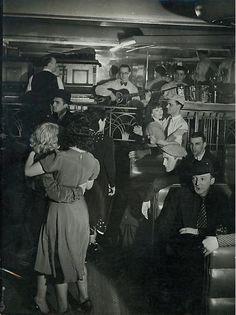 Brassaï -- Bal musette a la Boule Rouge, Paris, ca 1935 Vintage Photography, White Photography, Street Photography, Old Pictures, Old Photos, Vintage Photos, Andre Kertesz, Old Paris, Vintage Paris