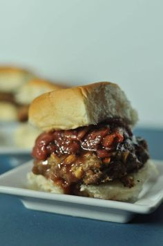 Peanut Butter Burgers packed with sweet peanuts and creamy peanut butter, topped with Strawberry Bacon Jam. Peanut Butter Burger, Butter Burgers, Creamy Peanut Butter, Healthy Toddler Meals, Healthy Snacks, Healthy Recipes, Toddler Food, Burger Mania, Burger Bar