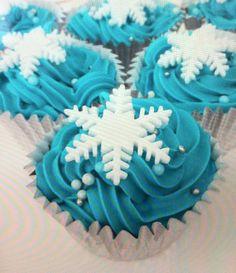 12 edible fondant snowflakes for cupcake/cake christmas decoration on Etsy, $4.96 Frozen Fondant Cake, Disney Frozen Cupcakes, Frozen Cake, Cupcake Cakes, Frozen Theme Party, Frozen Birthday Party, Birthday Parties, Christmas Cake Decorations, Christmas Treats