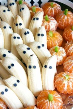Super simple healthy Halloween snacks - tangerine pumpkins and banana ghosts. Click through for tons of healthy Halloween food ideas. Bolo Halloween, Postres Halloween, Halloween Dinner, Spooky Halloween, Halloween Recipe, Halloween Fruit, Halloween Party Snacks, Halloween Cupcakes, Halloween Costumes