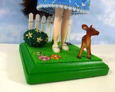 http://lesliesartandsew.blogspot.com/2013/06/fancy-doll-stands.html