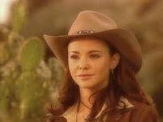 esta imagen nos muestra a la actriz Natahas en un desierto muy solo