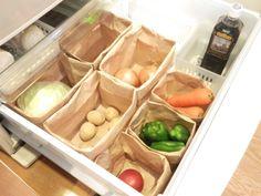 大きさや形がさまざまな野菜を入れる冷蔵庫の野菜室は、「うまく使いこなせない」というお悩みも。おすすめは、「紙袋収納」。手に入れやすく、リーズナブル。見た目もかわいいと三拍子そろった収納法です。 Kitchen Pantry, Kitchen Living, Kitchen Storage, Kitchen Decor, Home Organisation, Pantry Organization, Home Management, Kitchen Models, Room Closet