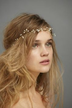 Accessoire de cheveux pour mariée vendu chez BHLDN - USA Création de Cecile Boccara http://www.bhldn.com/shop-the-bride-veils-headpieces/sakura-halo/productoptionids/342632d7-5f2a-429b-89ef-5b539083fa5b