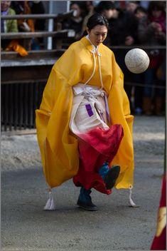 雪の大原を後にして、向かったのは下鴨神社。 この日は例年、蹴鞠はじめが行われています。 華やかな衣装で演じられる蹴鞠、タイムスリップしたかの様な世界が...
