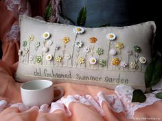 Old Fashioned Summer Garden Pillow (Cottage Style) - Old Fashioned Sommergarten Kissen Cottage-Stil von PillowCottage - Sewing Pillows, Diy Pillows, Decorative Pillows, Cushions, Throw Pillows, Pillow Ideas, Accent Pillows, Vintage Embroidery, Embroidery Patterns