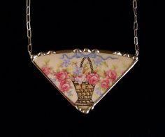Cassé Chine Bijoux Collier vintage panier de roses roses, fabriqués à partir d'une assiette cassée