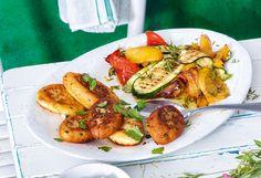 Erdäpfel ca. 20 Minuten weich kochen. Topfen in einem Geschirrtuch ausdrücken.Erdäpfel abgießen, ausdampfen lassen und schälen. Durch eineErdäpfelpresse in eine Schüssel drücken und den ... Zucchini, Snacks, Chicken, Meat, Vegetables, Food, Desserts, Food Portions, Easy Meals