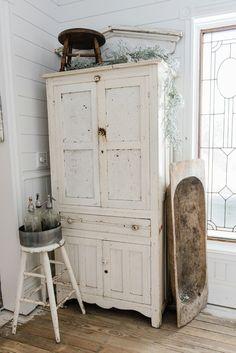 White chippy farmhouse cupboard - Farmhouse winter decor in a farmhouse dining room on Shabby Chic Homes, Shabby Chic Style, Shabby Chic Decor, Country Farmhouse Decor, Farmhouse Style, Modern Farmhouse, Primitive Country, Country Homes, Vintage Farmhouse