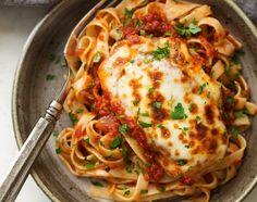 Στήθος φιλέτο κοτόπουλου καλυμμένο με μοτσαρέλα σε πεντανόστιμη σπιτική σάλτσα ντομάτας, σερβιρισμένο με ταλιατέλες. Μια πολύ εύκολη συνταγή για ένα πολύ π