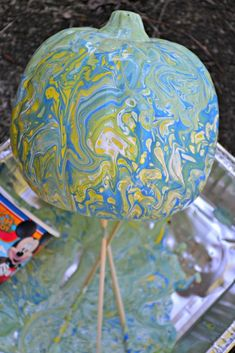 """How to make a """"Dirty Pour"""" marbled pumpkin for fall using a few simple products and acrylic paint. Foam Pumpkins, Glitter Pumpkins, Glass Pumpkins, Dollar Store Halloween, Dollar Tree Store, Halloween Party, Pumpkin Centerpieces, Diy Centerpieces, Easy Fall Crafts"""