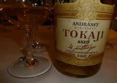 O Tokaji Aszú é um vinho de sobremesa e ícone da Hungria. Feito com uvas botritizadas da variedade Furmint (típica do país), é uma referência em termos de vinhos de sobremesa.