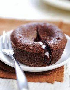 Coulant au chocolat (facile et rapide) - Gluten-free: What does that mean? Vegan Dessert Recipes, Tart Recipes, Sweet Recipes, Baking Recipes, Snack Recipes, Chocolat Recipe, Mousse Au Chocolat Torte, Cake Chocolat, Apple Snacks