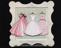 Cuadro vestidos realizado con modeling paste, pintura acrílica, plantillas y siluetas de Dayka Trade.