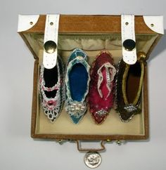 Slippers much resembling those worn by Marie Antoinette. Vintage Shoes, Vintage Outfits, Vintage Fashion, Louis Xvi, Marie Antoinette, Versailles, French Royalty, French History, 18th Century Fashion