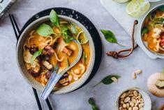 thaimaalainen kurpitsa-laksa2-6-2 Soup And Salad, Tofu, Thai Red Curry, Ramen, Salads, Food And Drink, Ethnic Recipes, Soups, Soup