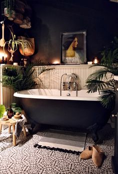 Dark walls and ceiling help to create a cosy and dramatic atmosphere. Moroccan Bathroom, Bohemian Bathroom, Dark Bathrooms, Home, Bathroom Makeover, Jungle Bathroom, Cosy Bathroom, Dark Interiors, Black Bathroom