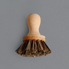 The shape of this brush fits perfectly in the hand and its stiff bristles are great for heavy duty washing up. Good for tackling those difficult to clean pots and pans.   Union Blend bristles.  Height 10.5cm