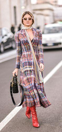 8 Combinações diferentes para tirar seu vestido da rotina. Mini óculos, cachecol listrado, vestido xadrez, bota vermelha, Thássia Naves Estilo Blogger, Camisa Formal, Ruffle Dress, Day Dresses, Going Out, Ideias Fashion, Celebs, Street Style, Shirt Dress
