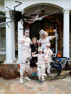 Easy last minute halloween costume ideas for family of Easy do it yourself costumes with a womens mummy costume for easy halloween costumes for work. Mummy Costume Women, Diy Mummy Costume, Diy Halloween Costumes For Kids, Homemade Costumes, Halloween Kostüm, Costume Ideas, Halloween Painting, Homemade Halloween, Halloween Decorations