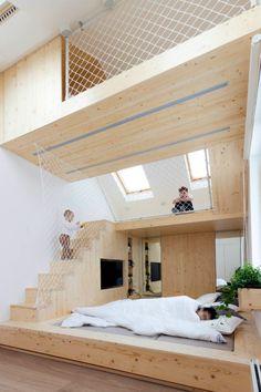 aire de jeux en bois clair à plusieurs étages et lit sur plate-forme adulte
