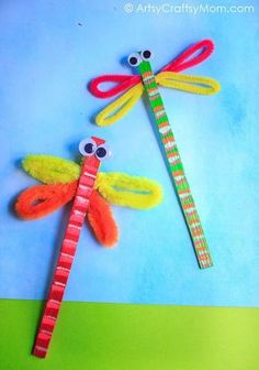 Dragonflies are delightful and this Craft Stick Dragonfly Craft with Video Tutorial is no different! This is a super easy craft that takes all of 5 minutes! Popsicle Stick Crafts, Craft Stick Crafts, Easy Crafts, Diy And Crafts, Arts And Crafts, Popsicle Sticks, Craft Stick Projects, Craft Sticks, Crafts For Teens To Make