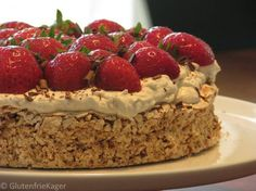 Mandeldrøm rabarber jordbær is part of Desserts - Danish Dessert, Danish Food, Sweets Cake, Cupcake Cakes, Cake Recipes, Dessert Recipes, Big Cakes, Snacks, No Bake Desserts