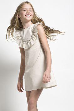 Este vestido beige será ideal para las ocasiones más especiales de tu pequeña.