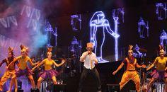 Netinho em 2009 no palco com seu cast de bailarinos na segunda noite de gravação do seu DVD Netinho e a Caixa Mágica em Aracaju/SE. Música O Erê. DVD lançado em 2010. Criação e Direção Netinho.