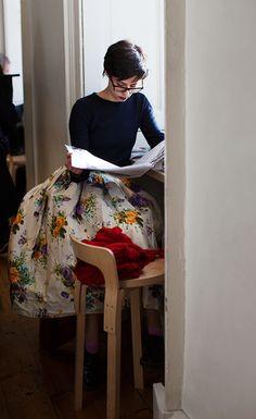 クルーネックのトップスを紺色に。ボトムに、ホワイトの花柄のふんわりスカートを合わせると、柄がキレイに映えますね。