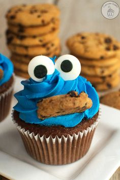 10 Easy Cupcake Recipes for Kids - Cute Cupcake Decorating Ideas for Kids The best little cakes for your little ones. Cupcakes Au Cholocat, Cute Cupcakes, Cookie Monster Cupcakes, Simple Cupcakes, Disney Cupcakes, Banana Cupcakes, Gourmet Cupcakes, Strawberry Cupcakes, Velvet Cupcakes