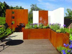 bac à fleurs et panneaux décoratifs en acier Corten dans le jardin contemporain