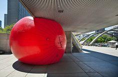 The RedBall Project è un progetto di arte urbana, ideato dall'artista Kurt Perschke, una serie di installazioni temporanee operate in interstizi metropolitani per mezzo di una enorme palla ad aria compressa.  READ MORE @ www.collater.al/?p=25463